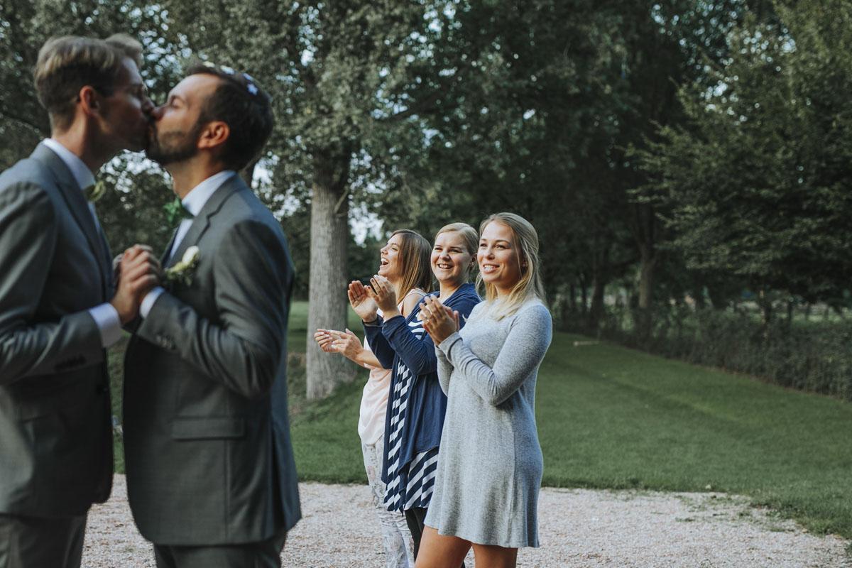 Benni + Thomas | Hurra, die Ehe für alle ist da! - Fotografin Guelten Hamidanoglu Koeln Hochzeiten Hochzeitsfotos  1549
