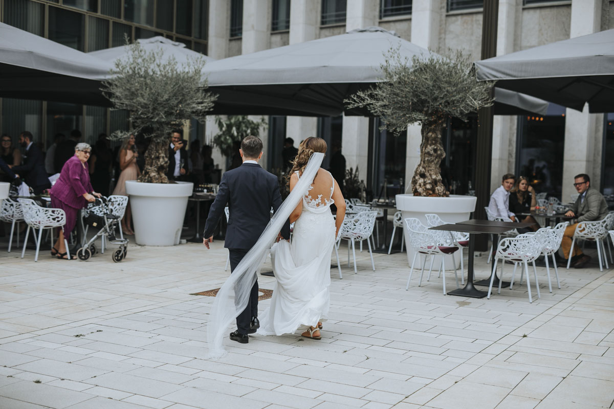 Janine+ Boris | Wir überraschen unsere Hochzeitsgäste mit dem bauwerk in Köln - Fotografin Guelten Hamidanoglu Koeln Hochzeiten Hochzeitsfotos  243 1