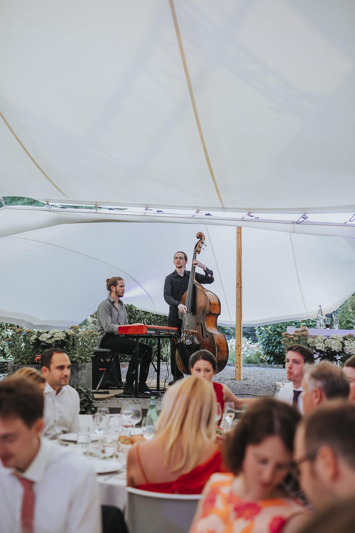 Alica+ Carsten | Freie Trauung im eigenen Garten - Fotografin Guelten Hamidanoglu Koeln Hochzeiten Hochzeitsfotos  427