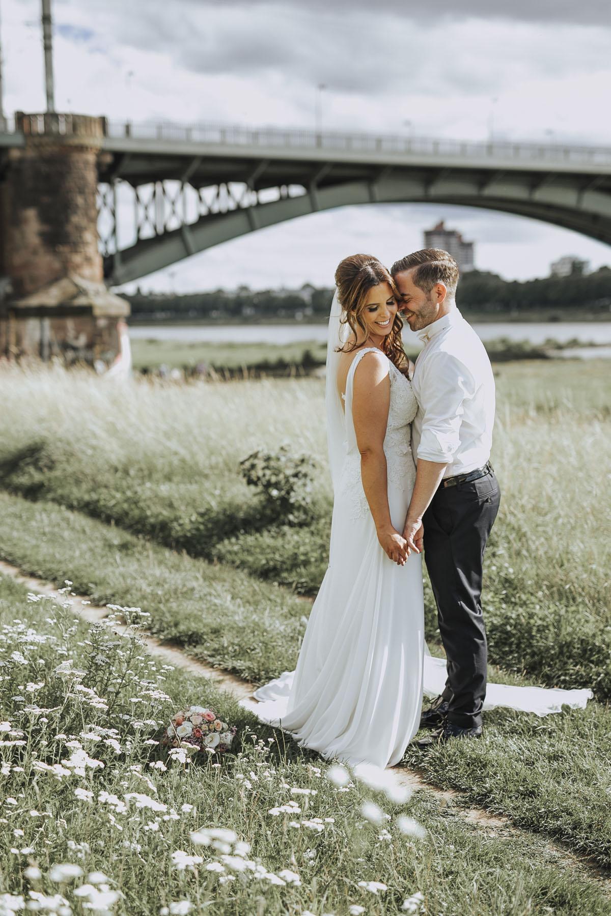 Janine+ Boris | Wir überraschen unsere Hochzeitsgäste mit dem bauwerk in Köln - Fotografin Guelten Hamidanoglu Koeln Hochzeiten Hochzeitsfotos  513 1