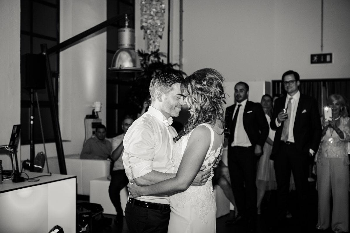 Janine+ Boris | Wir überraschen unsere Hochzeitsgäste mit dem bauwerk in Köln - Fotografin Guelten Hamidanoglu Koeln Hochzeiten Hochzeitsfotos  745