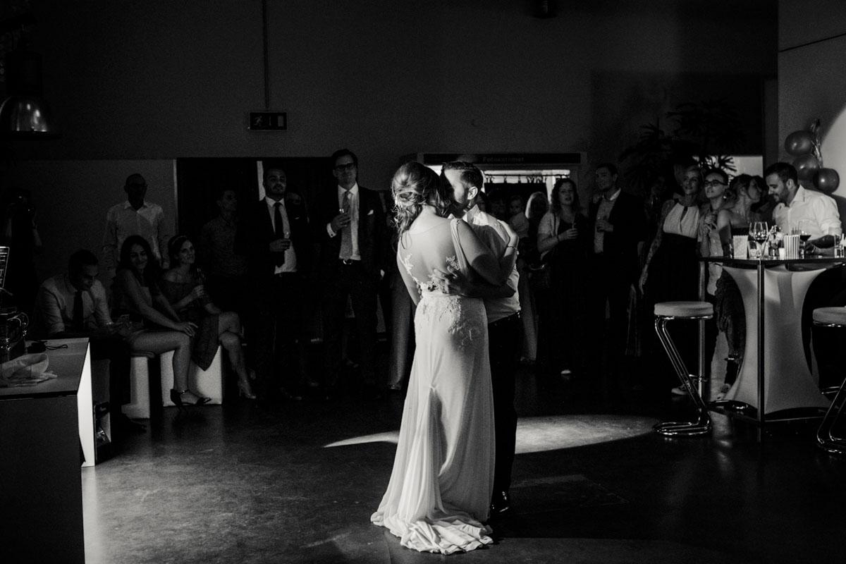 Janine+ Boris | Wir überraschen unsere Hochzeitsgäste mit dem bauwerk in Köln - Fotografin Guelten Hamidanoglu Koeln Hochzeiten Hochzeitsfotos  746