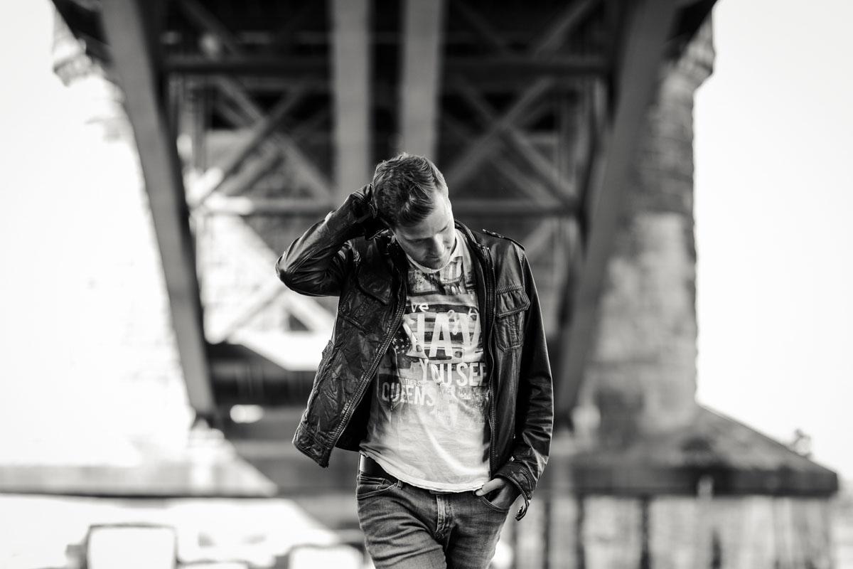 Marcel - Überraschungsshooting an den Poller Wiesen - Fotografin Guelten Hamidanoglu Koeln portraits  2676