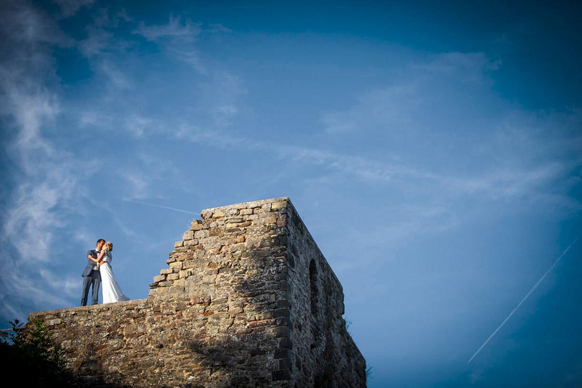 Hochzeitspaar bei Shooting im Freien