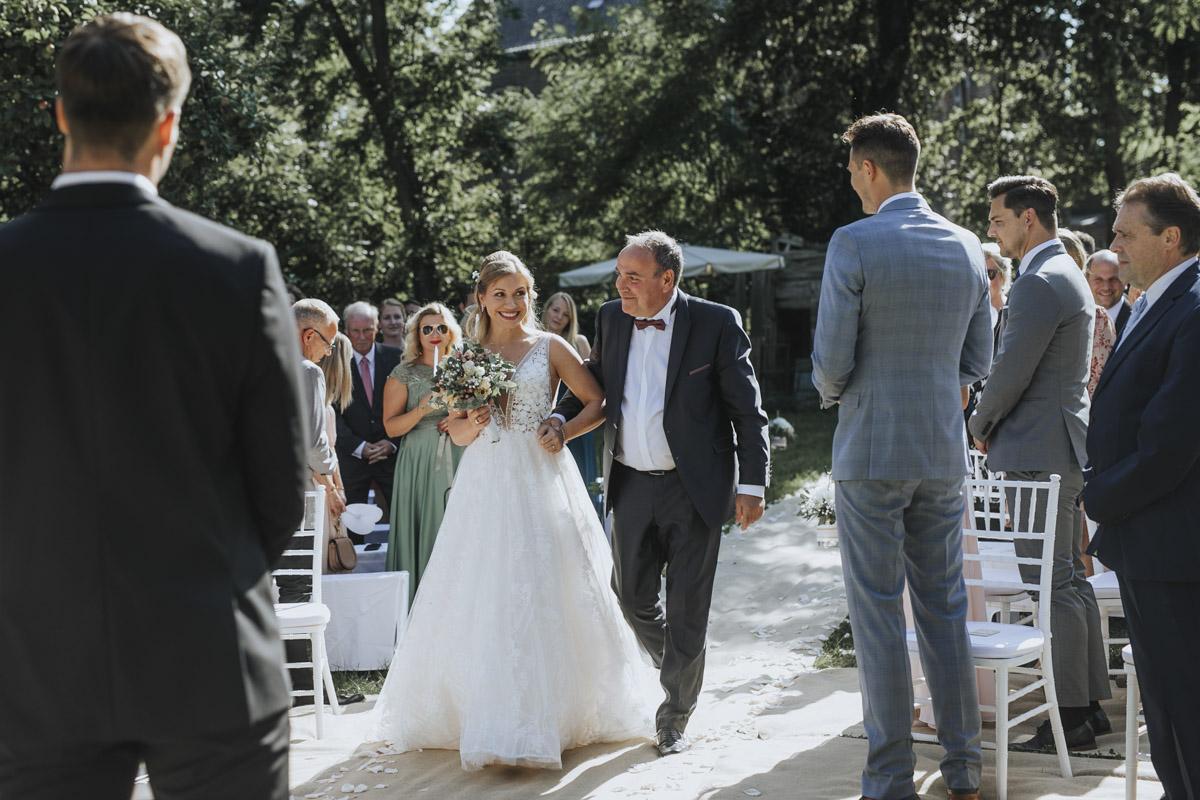 Anne und Sven | Hochzeit mit freier Trauung auf der Wasserburg Geretzhoven - Fotografin Guelten Hamidanoglu Fotografie Koeln AS 19 130