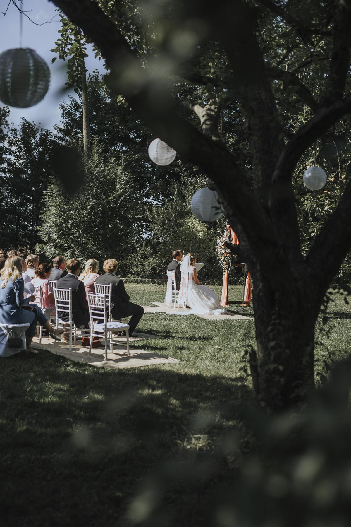 Anne und Sven | Hochzeit mit freier Trauung auf der Wasserburg Geretzhoven - Fotografin Guelten Hamidanoglu Fotografie Koeln AS 19 139