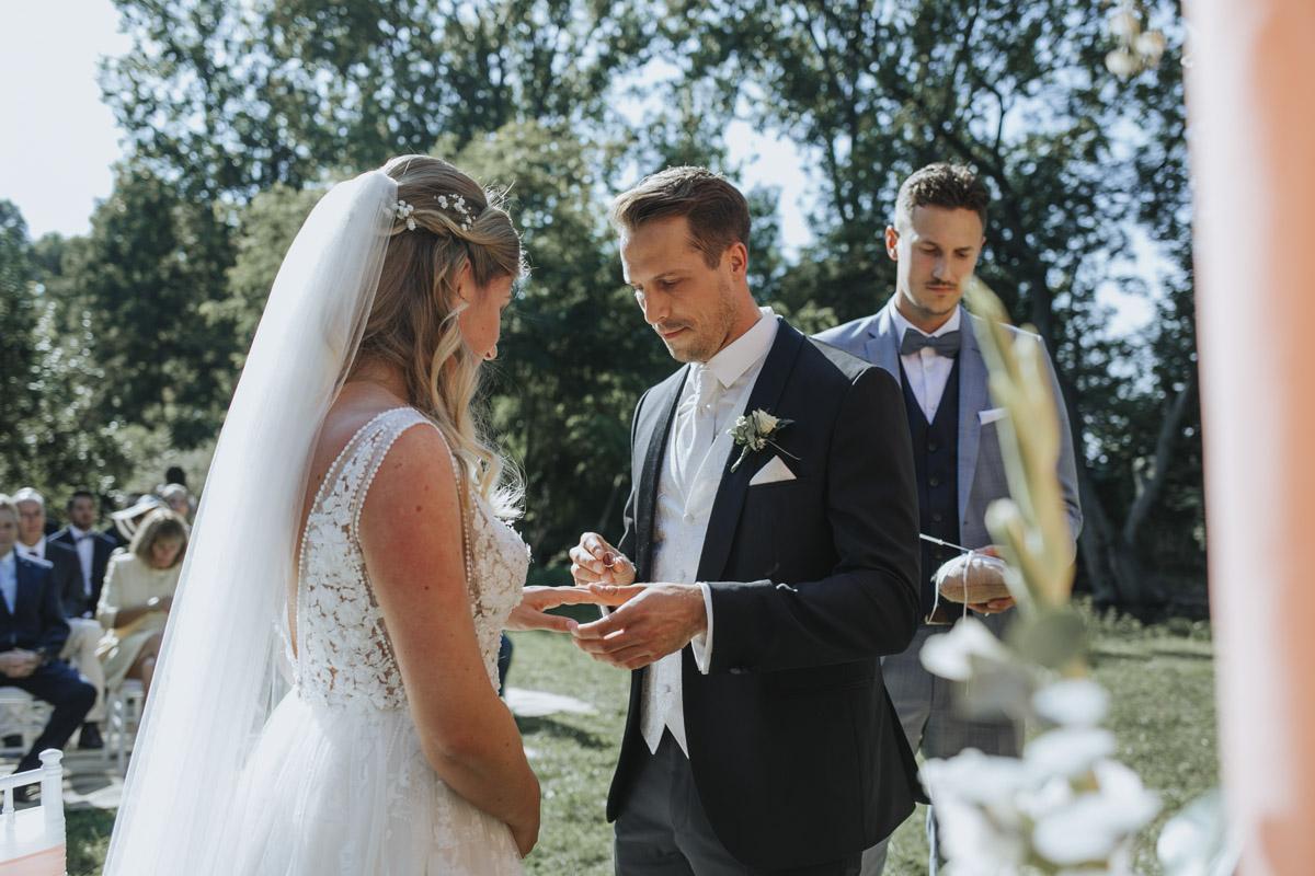 Anne und Sven | Hochzeit mit freier Trauung auf der Wasserburg Geretzhoven - Fotografin Guelten Hamidanoglu Fotografie Koeln AS 19 171