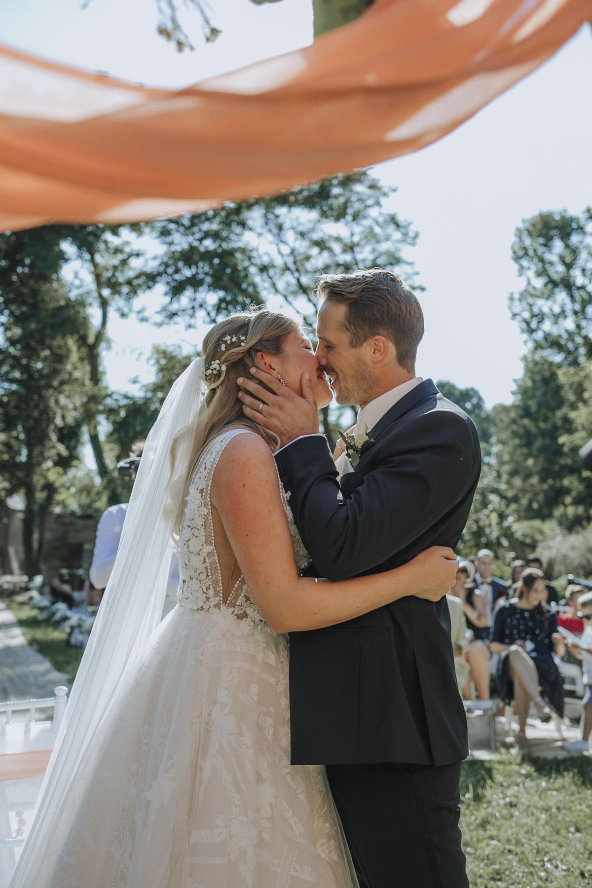 Anne und Sven | Hochzeit mit freier Trauung auf der Wasserburg Geretzhoven - Fotografin Guelten Hamidanoglu Fotografie Koeln AS 19 177