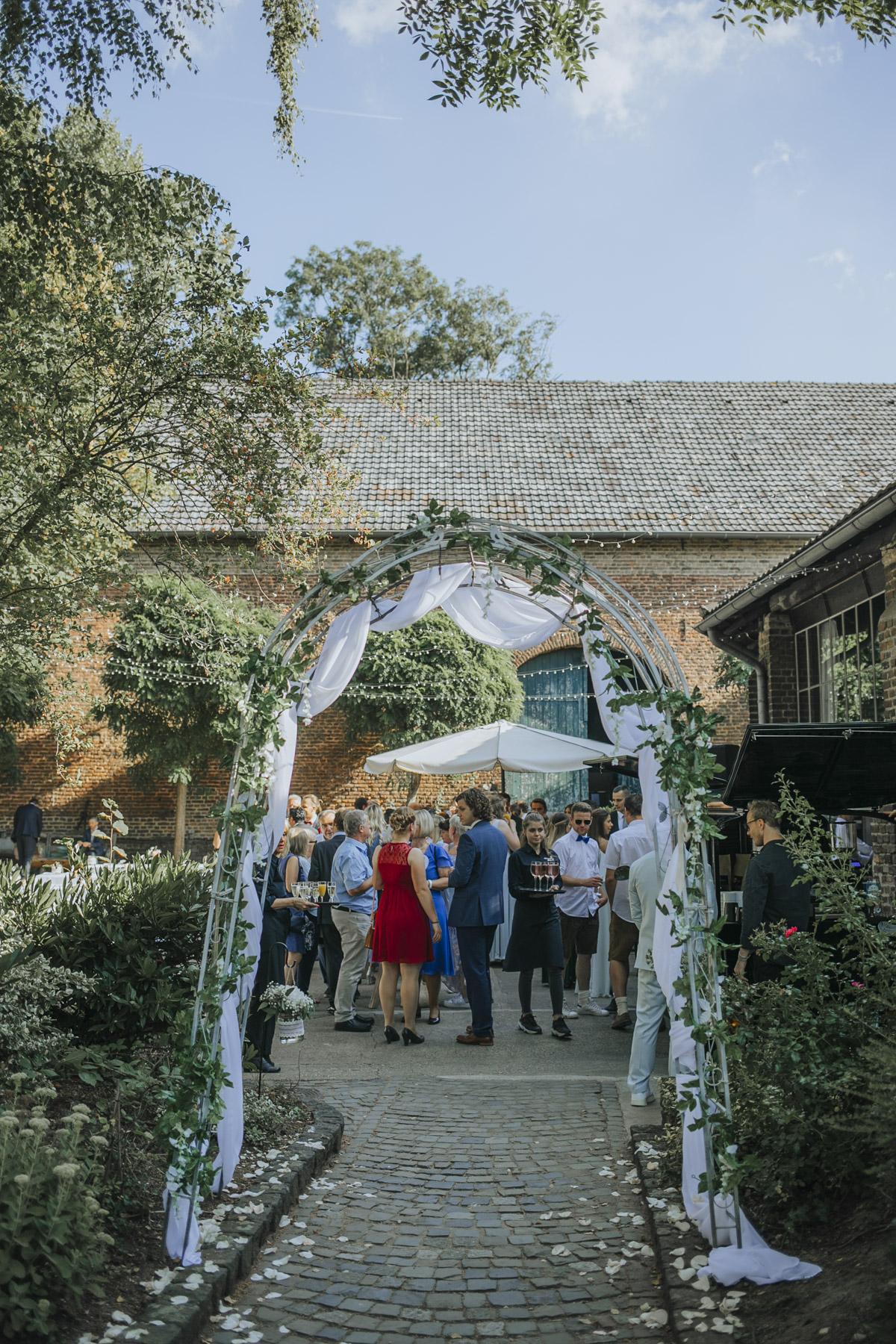 Anne und Sven | Hochzeit mit freier Trauung auf der Wasserburg Geretzhoven - Fotografin Guelten Hamidanoglu Fotografie Koeln AS 19 309
