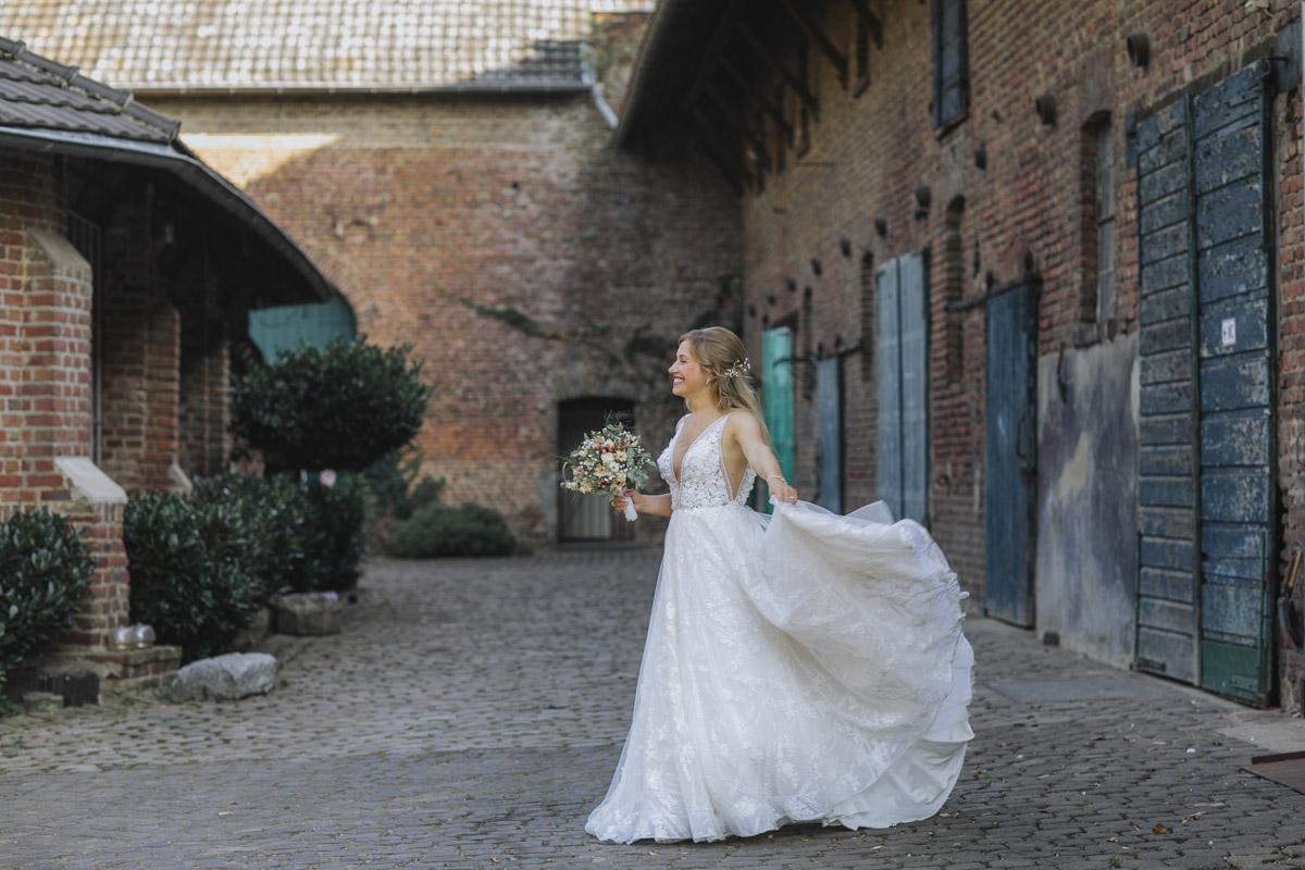 Anne und Sven | Hochzeit mit freier Trauung auf der Wasserburg Geretzhoven - Fotografin Guelten Hamidanoglu Fotografie Koeln AS 19 368