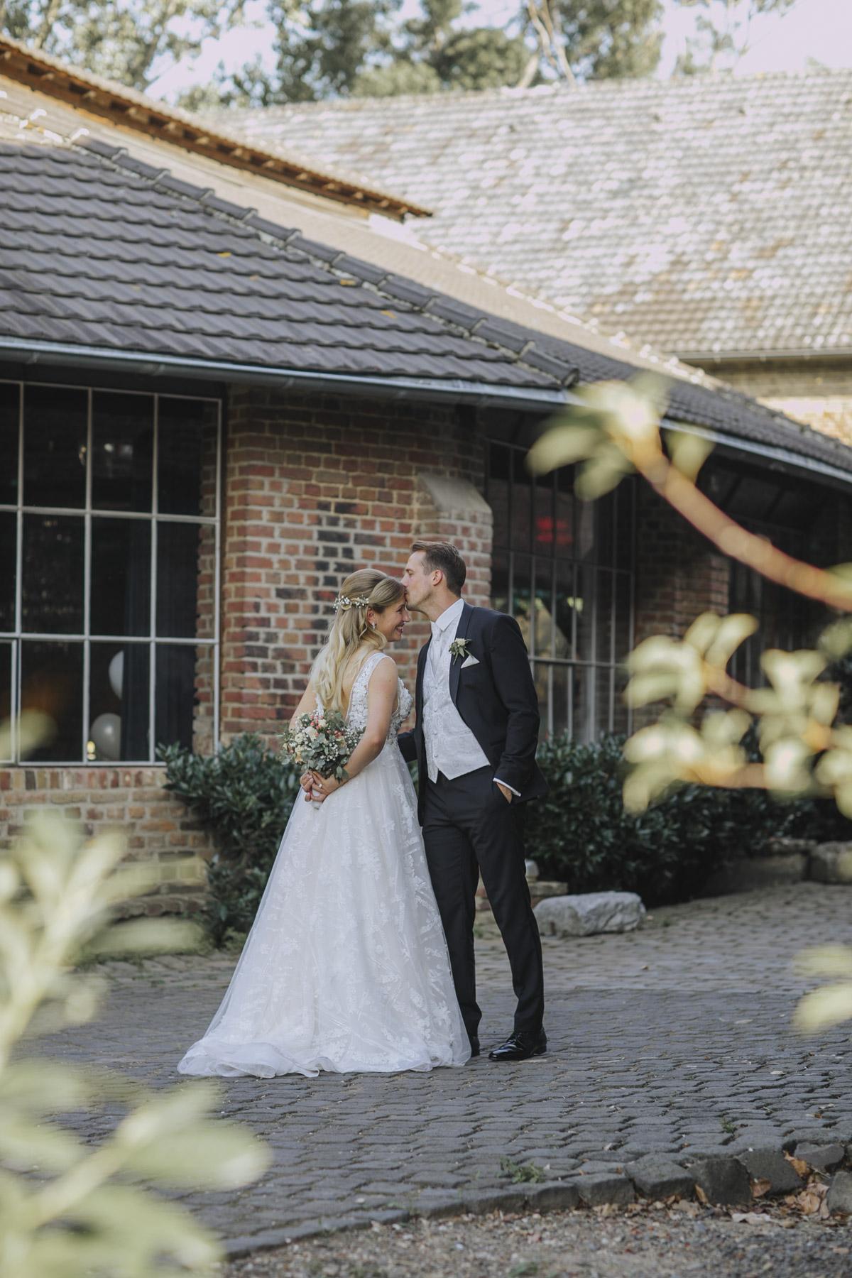 Anne und Sven | Hochzeit mit freier Trauung auf der Wasserburg Geretzhoven - Fotografin Guelten Hamidanoglu Fotografie Koeln AS 19 382