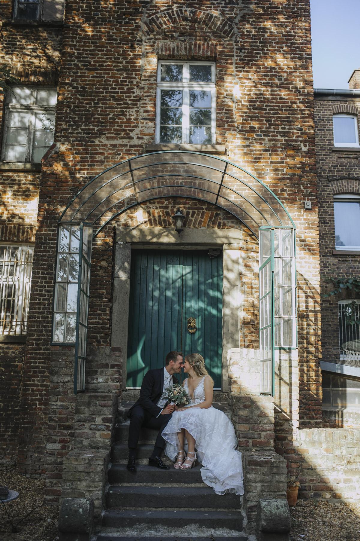 Anne und Sven | Hochzeit mit freier Trauung auf der Wasserburg Geretzhoven - Fotografin Guelten Hamidanoglu Fotografie Koeln AS 19 392