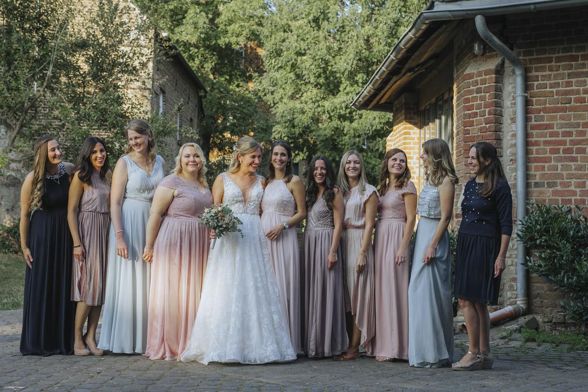 Anne und Sven | Hochzeit mit freier Trauung auf der Wasserburg Geretzhoven - Fotografin Guelten Hamidanoglu Fotografie Koeln AS 19 432