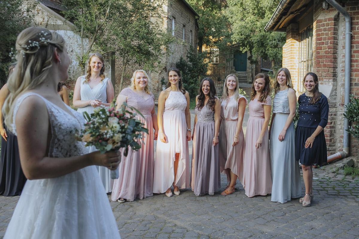 Anne und Sven | Hochzeit mit freier Trauung auf der Wasserburg Geretzhoven - Fotografin Guelten Hamidanoglu Fotografie Koeln AS 19 438