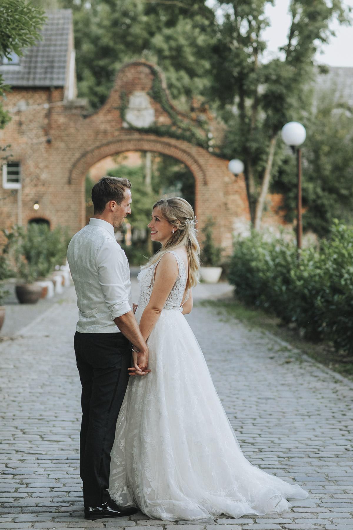 Anne und Sven | Hochzeit mit freier Trauung auf der Wasserburg Geretzhoven - Fotografin Guelten Hamidanoglu Fotografie Koeln AS 19 554
