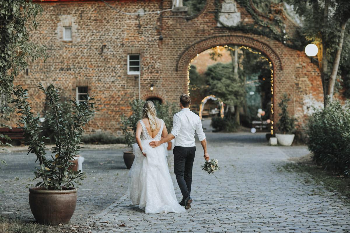Anne und Sven | Hochzeit mit freier Trauung auf der Wasserburg Geretzhoven - Fotografin Guelten Hamidanoglu Fotografie Koeln AS 19 574