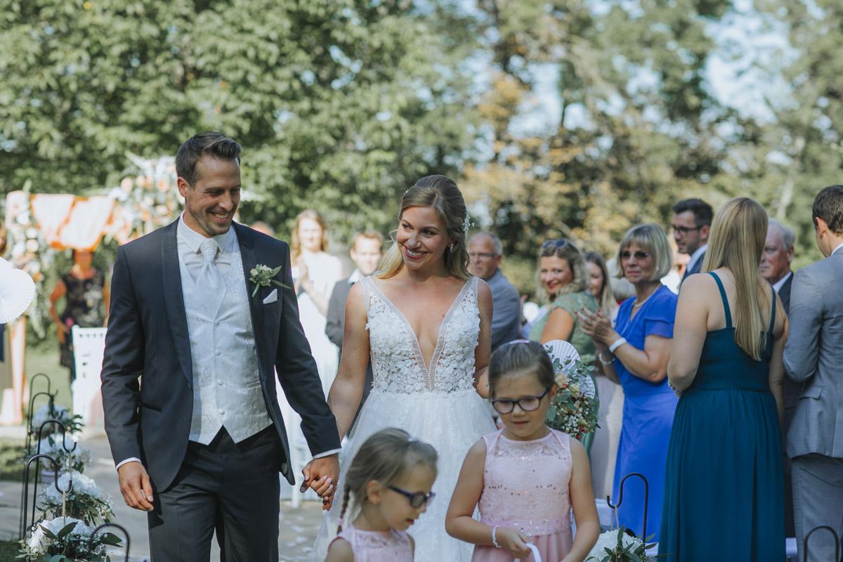 Anne und Sven | Hochzeit mit freier Trauung auf der Wasserburg Geretzhoven - Fotografin Guelten Hamidanoglu Fotografie Koeln AS 19 6 2