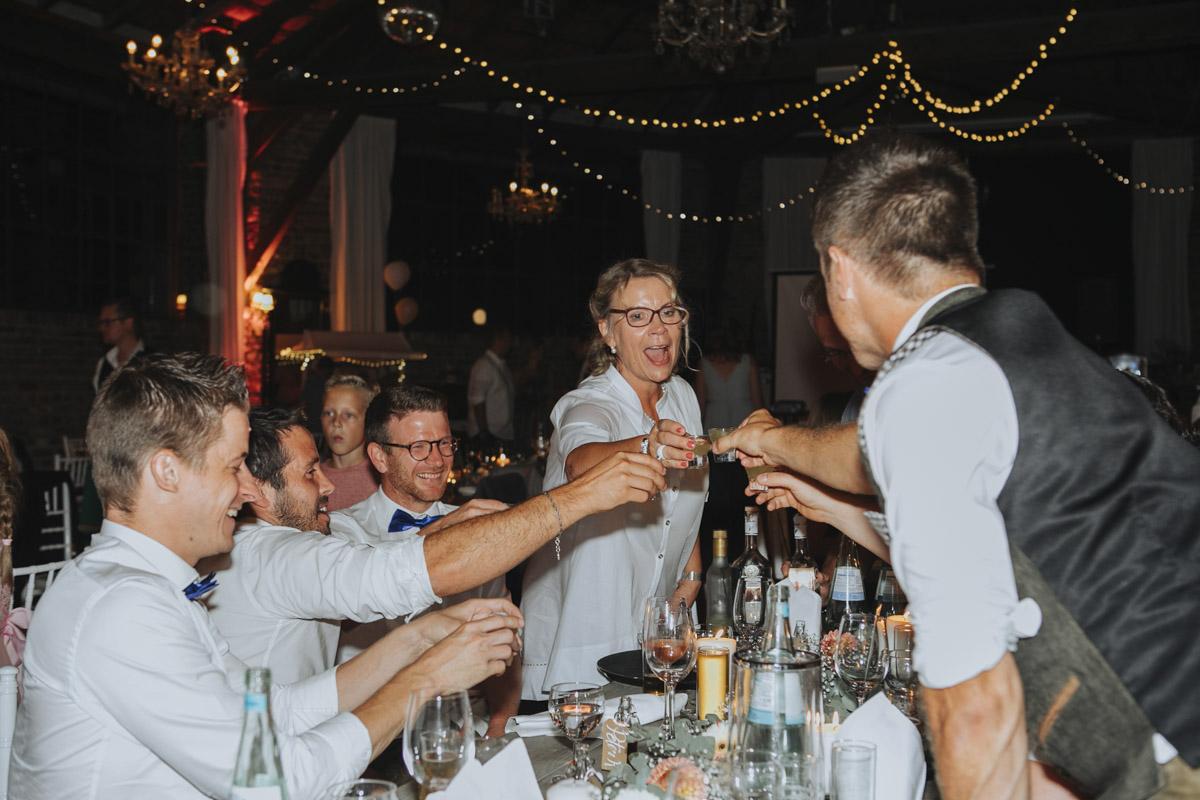 Anne und Sven | Hochzeit mit freier Trauung auf der Wasserburg Geretzhoven - Fotografin Guelten Hamidanoglu Fotografie Koeln AS 19 616