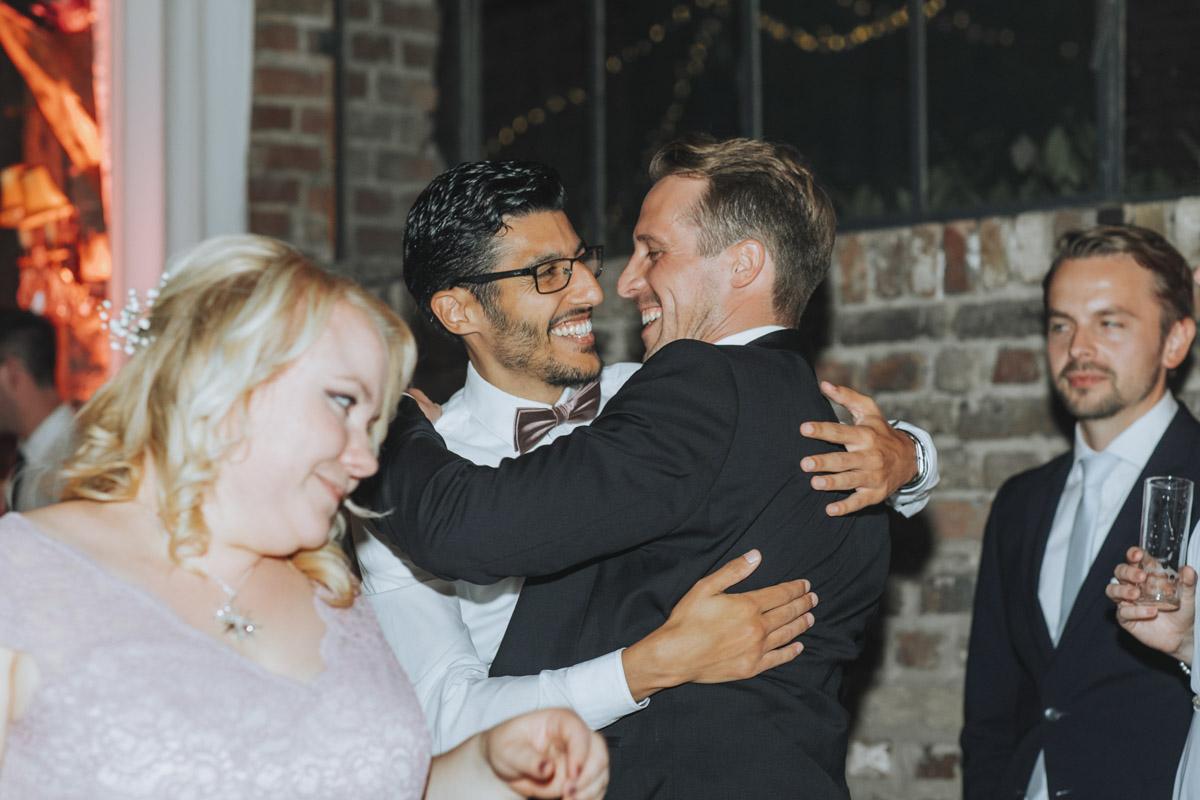 Anne und Sven | Hochzeit mit freier Trauung auf der Wasserburg Geretzhoven - Fotografin Guelten Hamidanoglu Fotografie Koeln AS 19 669