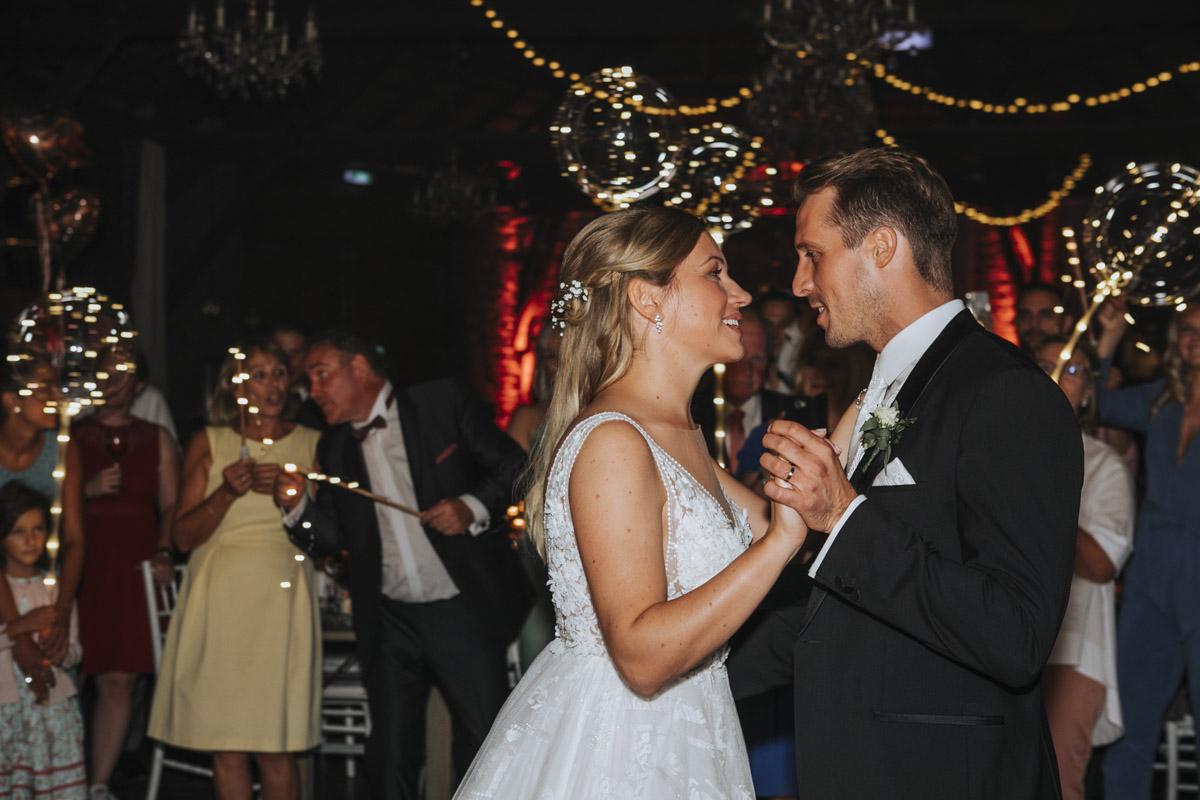 Anne und Sven | Hochzeit mit freier Trauung auf der Wasserburg Geretzhoven - Fotografin Guelten Hamidanoglu Fotografie Koeln AS 19 707