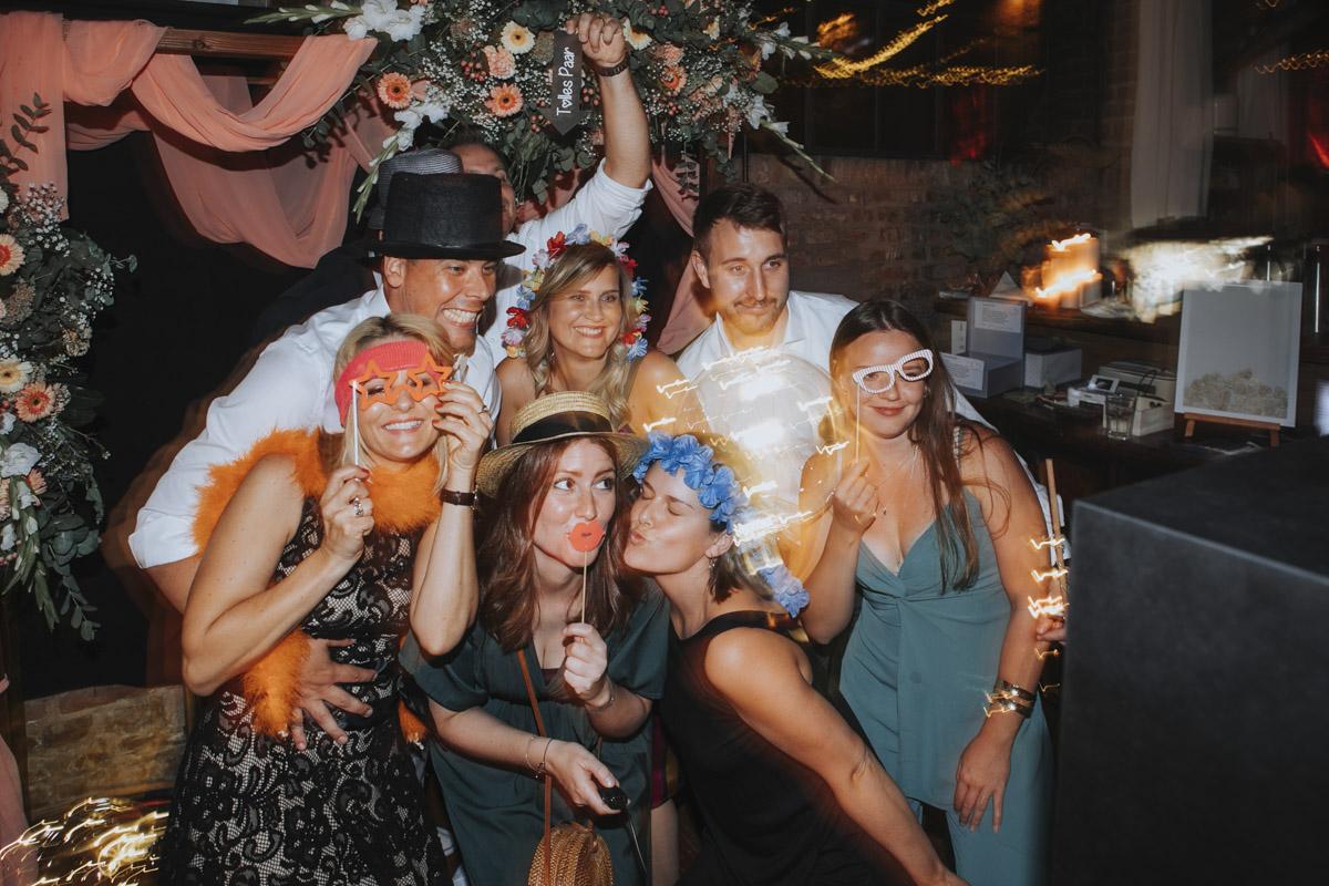 Anne und Sven | Hochzeit mit freier Trauung auf der Wasserburg Geretzhoven - Fotografin Guelten Hamidanoglu Fotografie Koeln AS 19 738