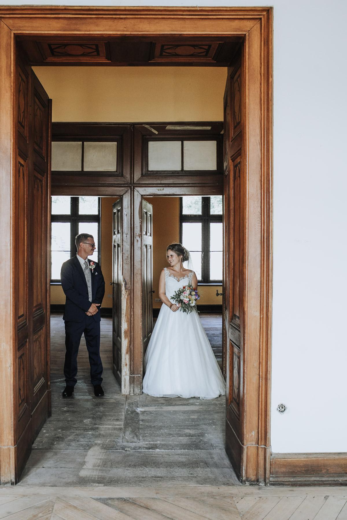 Fanny und Max | Hochzeit feiern auf Schloß Arenfels - Fotografin Guelten Hamidanoglu Fotografie Koeln FM 19 413