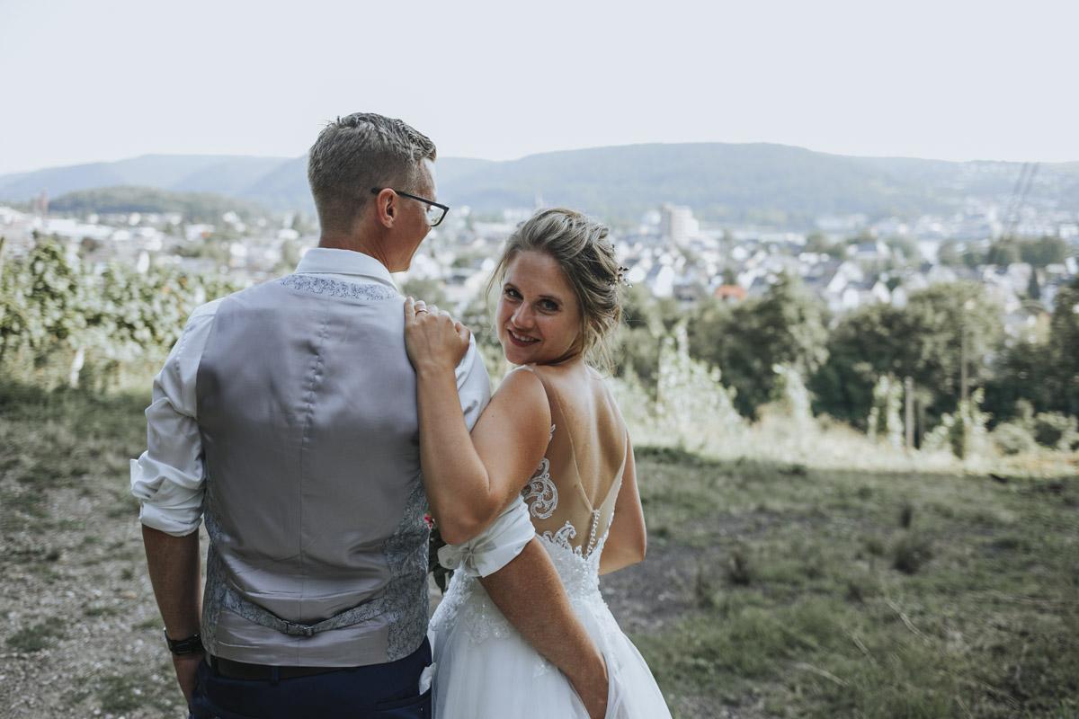 Fanny und Max | Hochzeit feiern auf Schloß Arenfels - Fotografin Guelten Hamidanoglu Fotografie Koeln FM 19 512